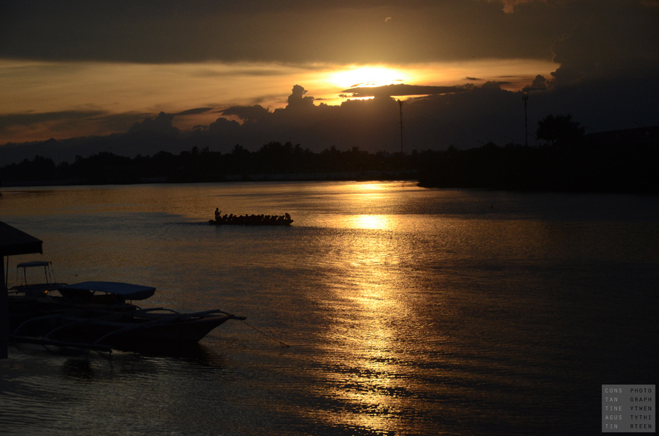 A beautiful sunset at Carpenter's Bridge in Iloilo by Constantine Agustin/Creative Commons