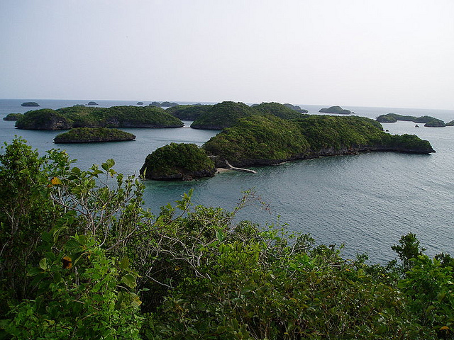 View of the Hundred Islands National Park.  Photo by: Emir214 | CC