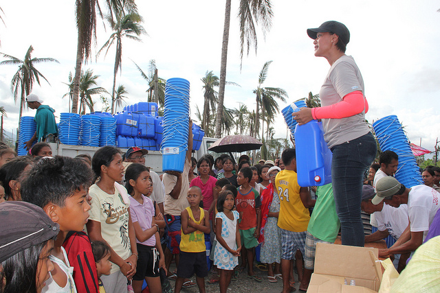 Volunteers in Santo Nino, Leyte Photo by: DFID - UK Department for International Development of Flickr.com/CC