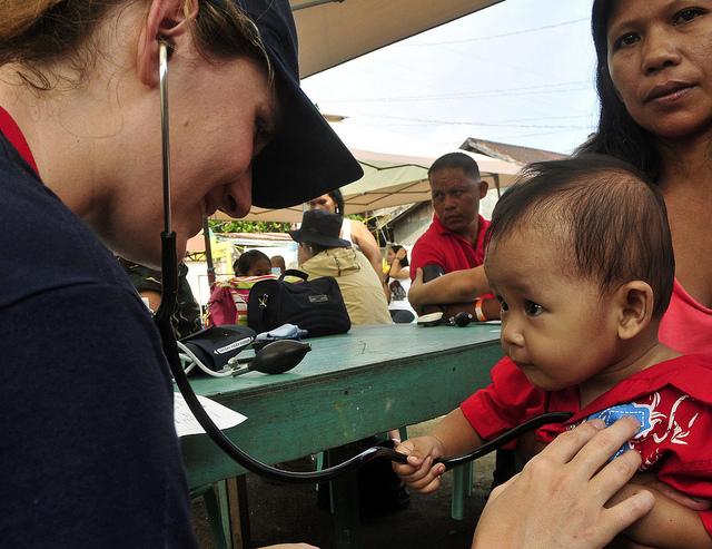 Volunteer at Samar, Phils. Photo by: Commander, U.S. 7th Fleet of Flickr.com/CC